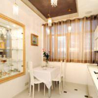 Коричневый тюль на окне белой кухни