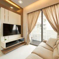 Панорамное окно гостиной с полупрозрачными шторами
