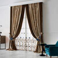 Коричневые шторы с синими подвязками