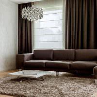 Коричневый диван с обивкой из искусственной кожи
