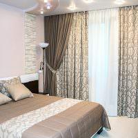 Дизайн спальни с пестрыми занавесками