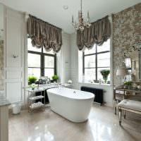 Интерьер ванной комнаты с двумя окнами