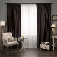 Стильная мебель в гостиной с темными шторами
