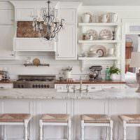 Белая кухня классического стиля