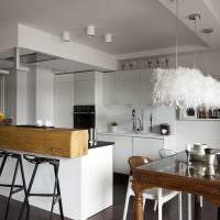 темно-коричневый пол из дерева в белой кухне