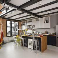 Черные балки на белом потолке кухни
