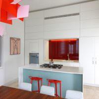 Белая кухня с акцентами красного цвета