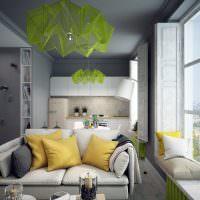 Подушки на широком подоконнике кухни
