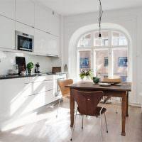 Белая кухня с арочным окном