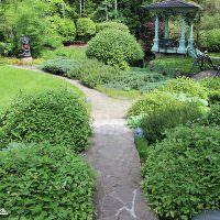 Беседка в классическом стиле в глубине сада