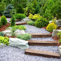 Садовая лестница из дерева и мелкого камня