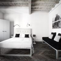 Деревянный потолок в спальне частного дома