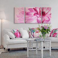 Розовый цветок над белым диваном