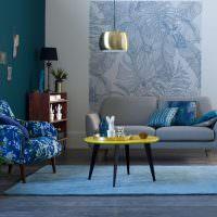 Декорирование обоями стены над диваном