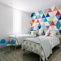 Разноцветные треугольники на бумажных обоях