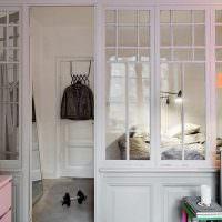 Деревянная перегородка с остеклением в спальном помещении