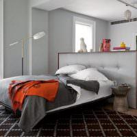 Низкая перегородка за изголовьем кровати