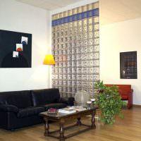 Стеклоблоки в интерьере современной гостиной
