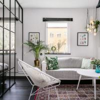 Небольшая гостиная с одним окном
