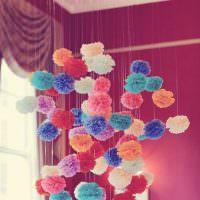Бумажные шары на нитках в детской комнате