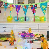Праздничная гирлянда над детским столом