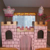 Игрушечная крепость в детской комнате