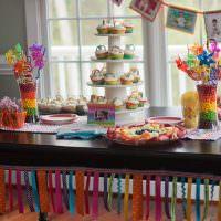 Пирамидка из вкусных пирожных на обеденном столе