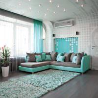 Сочетание бирюзового цвета с серым в интерьере гостиной