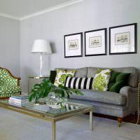 Классическое кресло с зеленым рисунком на обивке