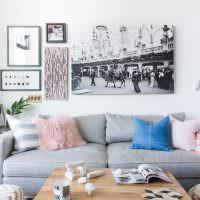 Большое черно-белое фото на стене гостиной