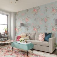 Декорирование стен гостиной обоями в цветочек