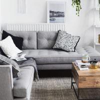 Серый коврик без ворса на полу гостиной