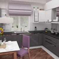 Сиреневые шторы в интерьере серой кухни