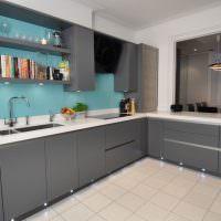 Голубая стена в серой кухне