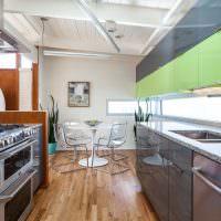 Деревянный потолок в кухне загородного дома