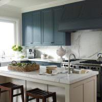 Белый кухонный остров в серой комнате