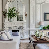 Гостиная в классическом стиле с двумя диванами