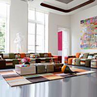 Яркий декор большой гостиной