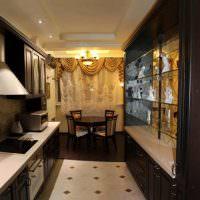 Кухня с обеденной зоной возле окна