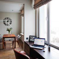 Рабочий стол вместе подоконника в современной квартире