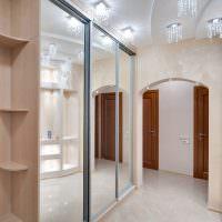 Шкаф-купе с зеркальными дверцами в прихожей городской квартиры