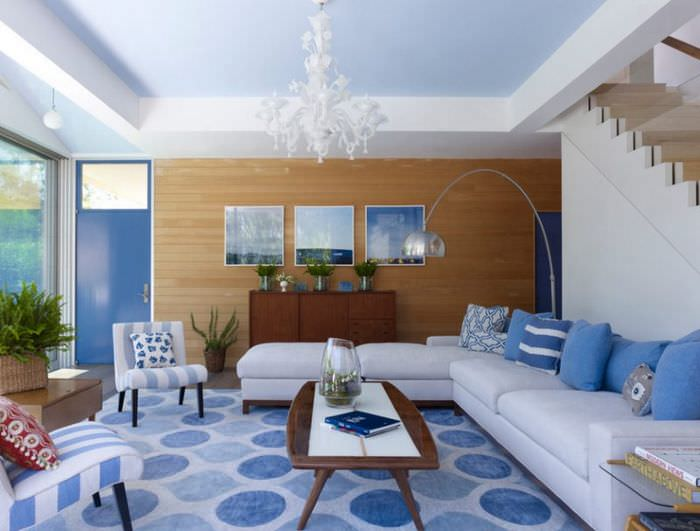 Дизайн гостиной с лестницей в синих тонах