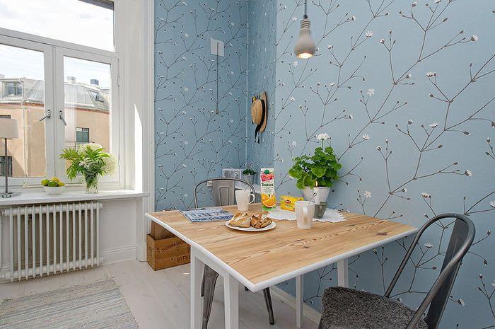 Обеденная зона кухни с голубыми обоями