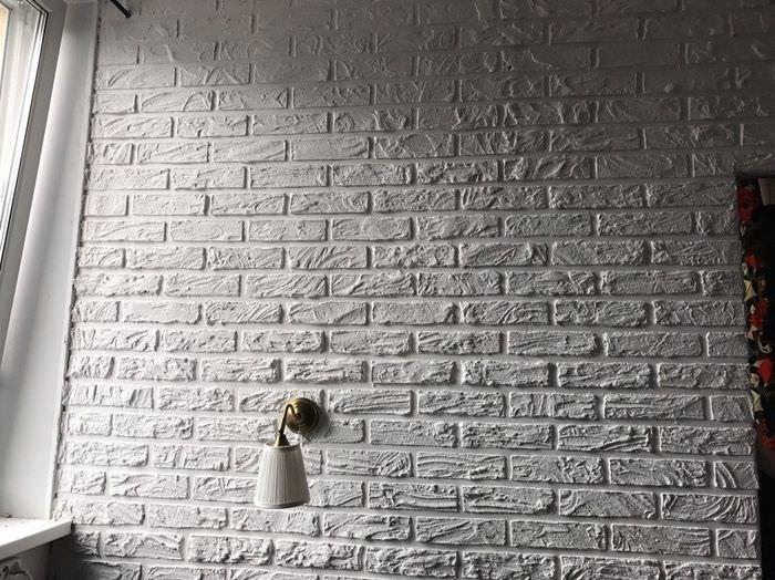 Белая стена с отделкой под кирпич своими руками