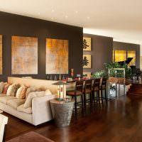 Деревянный пол темно-коричневого цвета