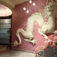 Скульптура дракона на стене гостиной