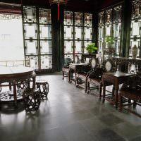 Красивая мебель из темных пород древесины