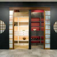 Шкаф с раздвижными дверцами в холле частного дома