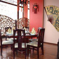 Деревянные стулья с мягкими сидениями
