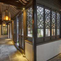 Оформление окон частного дома деревянными украшениями